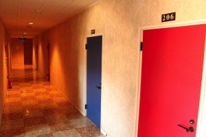 大理石とカラフルなドアがモダンな雰囲気の客室