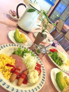 朝食はワンプレート+コーヒーやパン