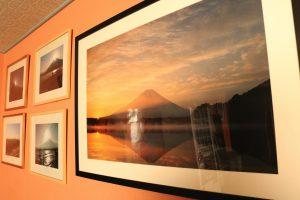 館内にはオーナーが撮影したたくさんの富士午後写真が飾られています