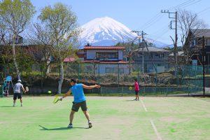 富士山を望む絶景コートでプレイ